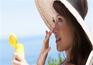 لهذا السبب يجب على السيدات استخدام واقي الشمس في فصل الخريف