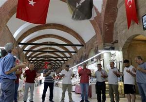قبل البيع والشراء.. تجار سوق تركية يبدأون يومهم بالدعاء وهذا التعهّد