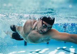 هكذا تحمي عينيك من أضرار مياه حمام السباحة.. (فيديوجراف)