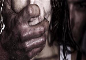 خطفوها وخدروها ثم تناوبوا على اغتصابها ورموها بالشارع