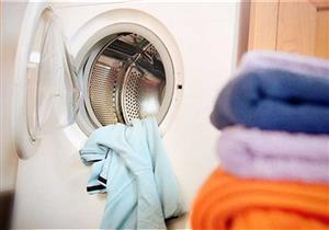 كيفية التخلص من فضلات الطيور والعلكة والشمع من الملابس