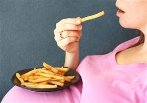 """""""تناول طعام لشخصين"""" أثناء الحمل يهدد الجنين بمرض مزمن"""