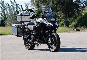 """بالفيديو.. بي إم دبليو تقدم أول دراجة نارية """"ذاتية القيادة"""" في العالم"""