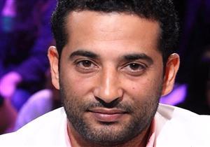 بالفيديو والصور- سخرية من تسريحة عمرو سعد الغريبة في مهرجان الجونة