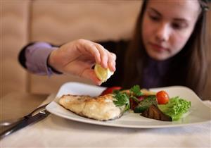 لماذا نستمر في تناول الطعام رغم الشعور بالشبع؟