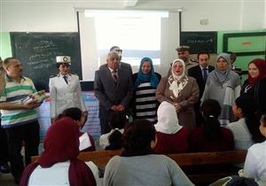 بالصور- مدير أمن كفر الشيخ يوزع كراسات على تلاميذ مدرسة