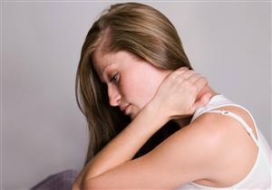 التهابات فقرات العنق تسبب الدوخة وآلام الذراعين.. كيف تُعالج؟