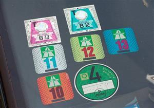 نصائح لإزالة الملصقات من زجاج السيارة.. تعرف عليها
