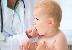 لماذا يعاني طفلك من القيء أثناء التسنين؟