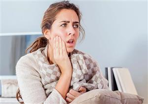 الحلوى اللزجة تلتصق بالأسنان وتسبب تسوسها.. كيف تتخلص من آثارها؟