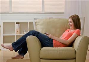كيف يؤثر تدلي الساقين خلال الجلوس على العضلات؟