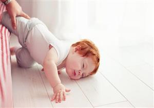 مخاطر متعددة لسقوط طفلك على الأرض.. متى تتوجه للطبيب؟