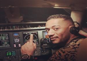 العقوبة تصل لإغلاق الشركة.. خبراء يعلقون على قيادة محمد رمضان لطائرة