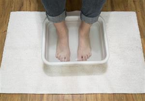 أبرزها التخلص من الرائحة الكريهة.. فوائد نقع القدمين في الماء والخل
