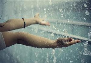 طبيب يحذر: ابتلاع مياه الأمطار يهدد الجهازين الهضمي والتنفسي
