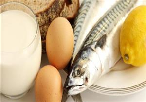 لا تزيد الأعراض.. طبيب يكشف تأثير البيض والسمك على المصابين بالبرد