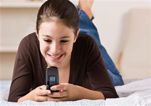 انتبه.. استخدام الهاتف يصيبك بشيخوخة الجلد