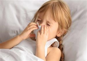 ينتقل في الزحام.. أسباب إصابة طفلكِ بالرشح وطرق علاجه