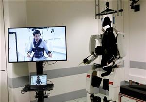 جهاز طبي جديد يمكّن رجلًا مشلولًا من المشي