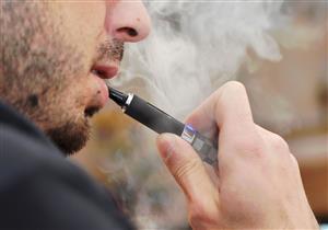 باحثون يكشفون السبب وراء وفيات السجائر الإلكترونية