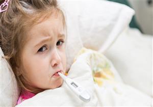 تضر بصحته .. 5 عادات خاطئة في التعامل مع ارتفاع حرارة طفلك (صور)