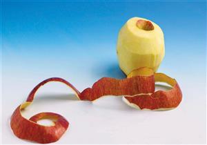 يعالج الهالات السوداء.. إليكِ طرق استخدام قشر التفاح على البشرة