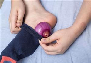 هل يعالج الإنفونزا؟.. تعرف على حقيقة فوائد وضع البصل أسفل القدمين