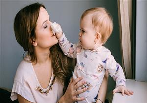 للأمهات المصابات بالإنفلونزا.. 5 طرق لحماية طفلك من العدوى (صور)