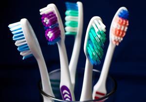 أخطاء تقع فيها عند شراء فرشاة الأسنان تضر بصحة فمك