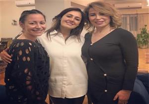 بالصور- منة شلبي بصحبة حلا شيحة: السعادة هي ليلة مع الفتيات
