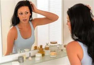 هل يسبب الوقوف أمام المرآة مشكلات نفسية؟