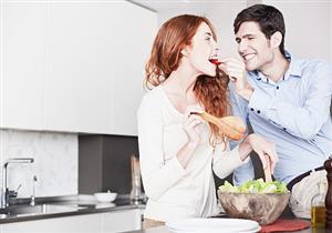 خبيرة تغذية تكشف: العلاقة العاطفية المستقرة تتسبب في زيادة الوزن