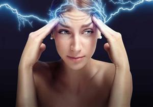 """لماذا نشعر  بـ""""الكهرباء"""" عند ملامسة بعض الأشخاص؟"""