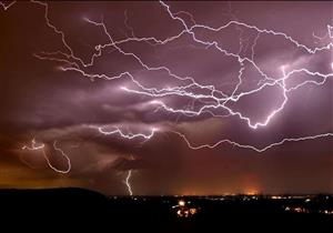 بعد الأمطار الرعدية.. نصائح للتعامل مع البرق وإسعافات للمصابين بصعقه