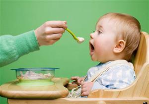 هذا ما يفعله تقديم الأطعمة الصلبة بطفلك في سن الأربعة أشهر