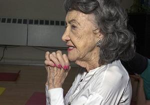 عمرها 100 عام.. كيف تمارس أكبر مدربة يوجا نشاطها حتى الآن (صور)