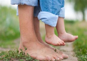 المشي حافيًا يقوي عظام طفلك.. كيف ذلك؟