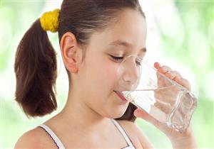 انتبهي.. عدم شرب طفلك للمياه يهدده بهذه المخاطر الصحية