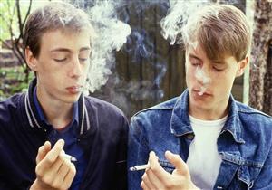 ابنك مدخن؟.. علامات تخبرك باعتياده على السجائر