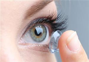 امرأة تفقد بصرها بسبب العدسات اللاصقة.. ماذا حدث؟