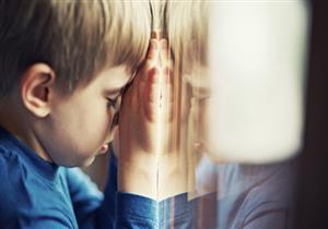 طفلك يضرب رأسه بالحائط؟.. إليك الأسباب وطرق العلاج