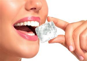 منها تناول مكعبات الثلج.. 10 عادات خاطئة تهدد أسنانك بالكسور