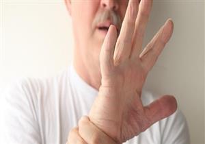 10 أسباب وراء رعشة اليدين عند كبار السن.. إليك طرق علاجها