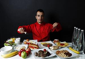 للظهور بأداء مثالي.. ماذا يأكل لاعبو كرة القدم؟