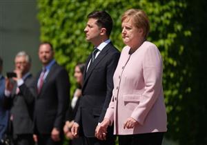 طبيب أعصاب يكشف سبب ارتجاف ميركل أثناء استقبال الرئيس الأوكراني