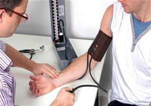 """انتبه.. """"تنميل اليدين"""" ينذر بإصابتك بارتفاع ضغط الدم"""