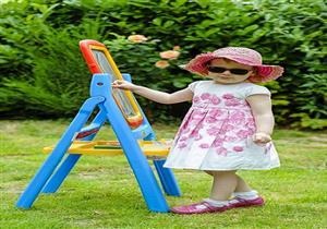 مرض يجبر طفلة على ارتداء النظارة الشمسية قبل الخروج من المنزل (صور)