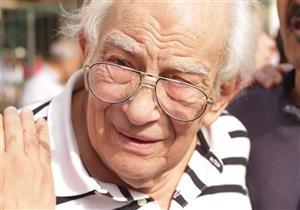 بالصور.. انهيار رشوان توفيق في جنازة رفيقة العمر