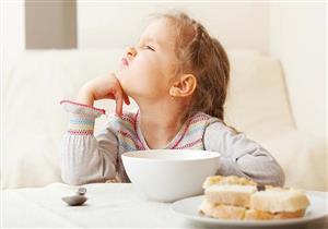 طفلك يرفض تناول الطعام؟.. إليكِ 6 حيل لإقناعه
