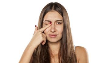 تنذرك بالجفاف والحساسية.. 8 أسباب وراء رفة العين